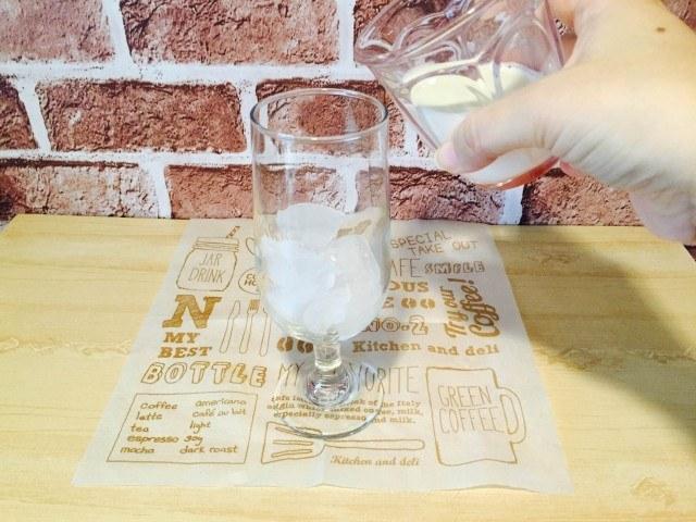 ティラミスコーヒー_牛乳を入れる