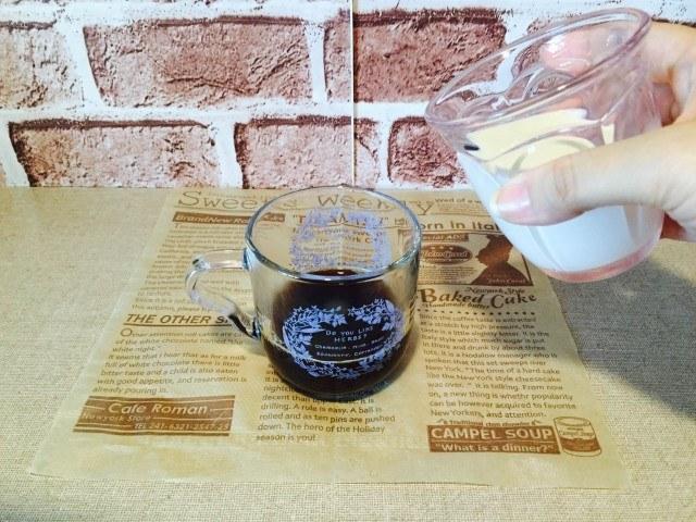 カシスコーヒーコーヒーに牛乳を入れる