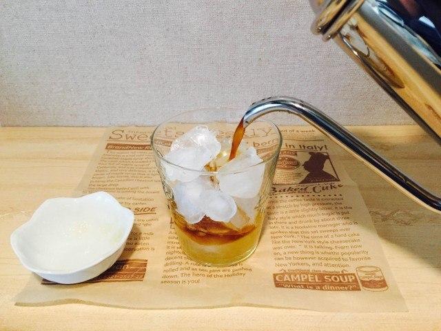 ラフランスコーヒー_アイスコーヒーを注ぐ