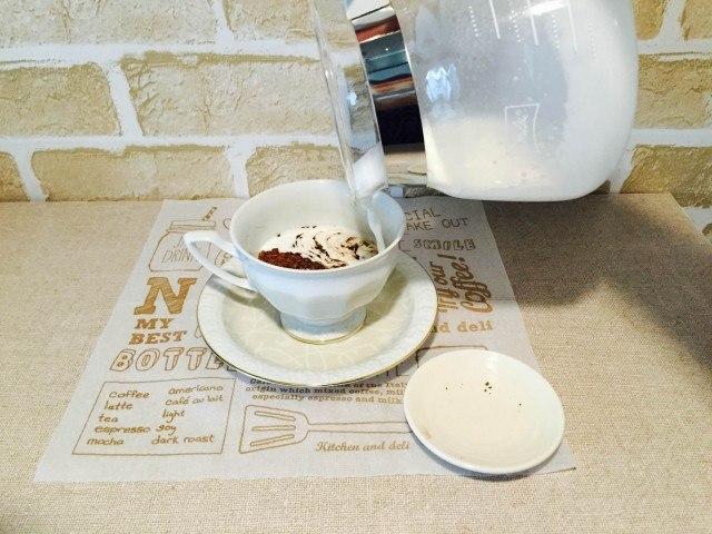 酒粕コーヒー_コーヒーに泡立てた牛乳を入れる