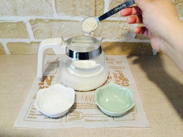 酒粕コーヒー_牛乳に酒粕とホワイトチョコパウダーを入れる