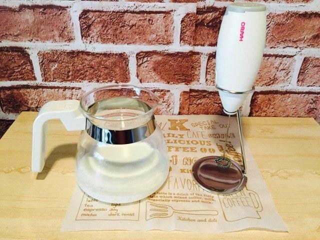 ザラメカプチーノ_温めた牛乳とミルクフォーマー