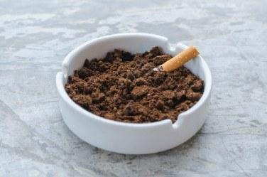 コーヒーの抽出カスを灰皿に入れる理由とは