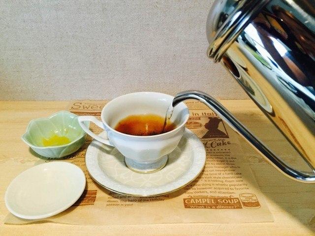 マンゴーラテ_コーヒーとジャムを入れ湯を注ぐ