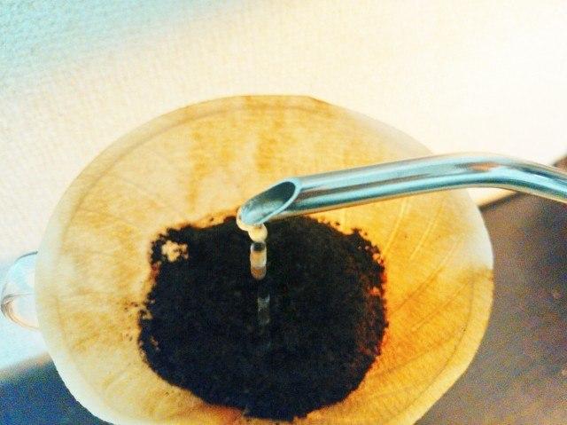 リフレッシュできるコーヒーの淹れ方_細い湯