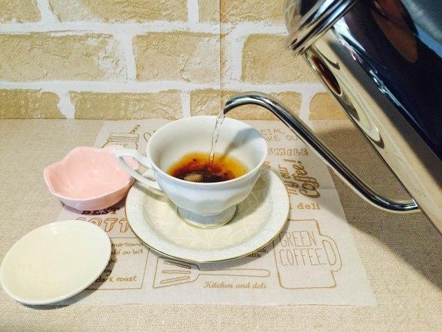 ピーナッツバターコーヒー_湯を少しずつ注ぐ