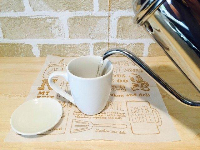よもぎコーヒー_カップに湯を注ぐ
