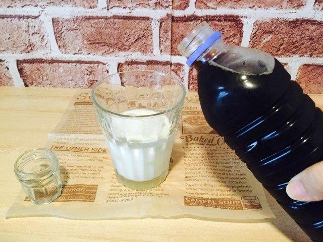ミントミルクコーヒー_アイスコーヒーを注ぐ