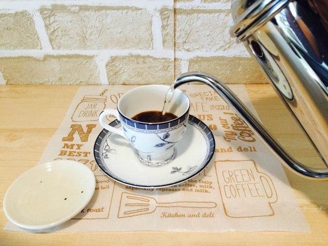 かぼすコーヒー_カップにインスタントコーヒーを入れゆを注ぐ