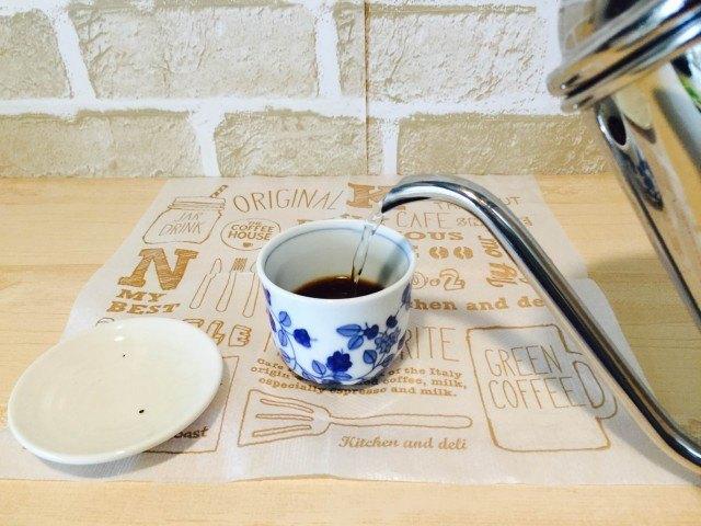 すももコーヒー_別のカップにコーヒーを入れ湯を注ぐ