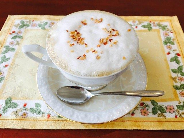 アーモンドミルクコーヒー_アーモンドダイスを飾って完成
