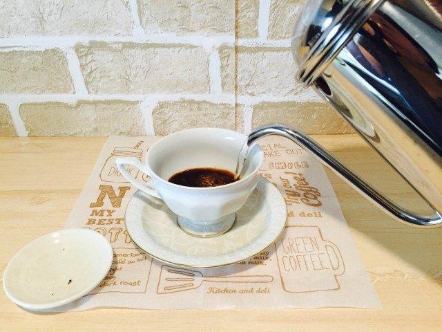 アーモンドミルクコーヒーカップにインスタントコーヒーを入れ湯を注ぐ