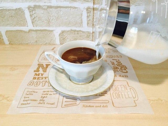 アーモンドミルクコーヒーにアーモンドミルクを入れる.jpg