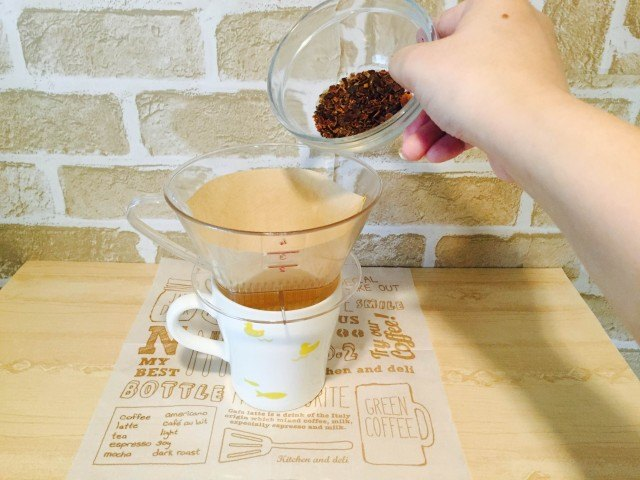 カボチャコーヒーフィルターにかぼちゃコーヒーを入れる