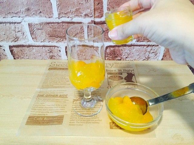 シトラスコーヒー_グラスにオレンジジュースをくわえる