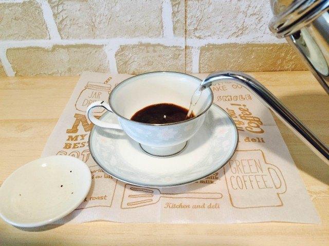 スペアミントコーヒー_カップにインスタントコーヒーを入れ湯を注ぐ