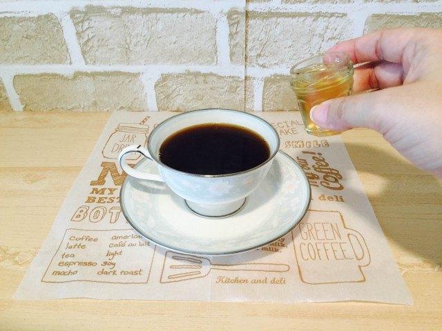 スペアミントコーヒー_コーヒーにミントシロップを入れる