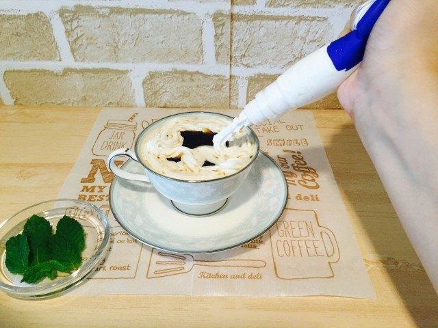 スペアミントコーヒー_仕上げにホイップクリームをたっぷりしぼる