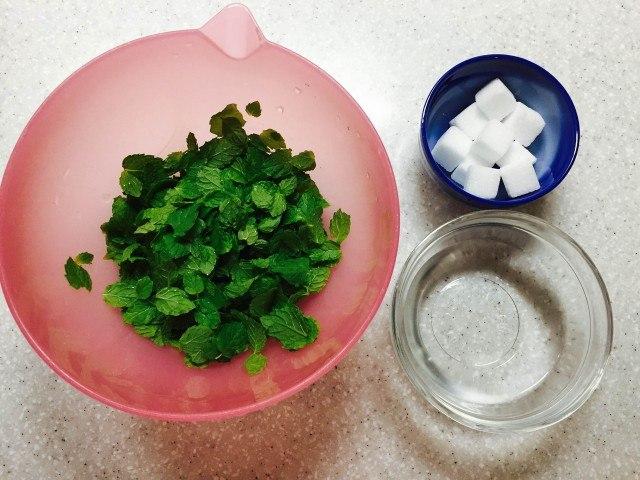 ミントシロップの作り方材料_ミントの葉グラニュー糖水
