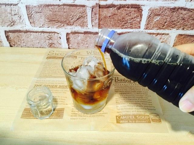 ミントシロップコーヒー_グラスにアイスコーヒーを注ぐ
