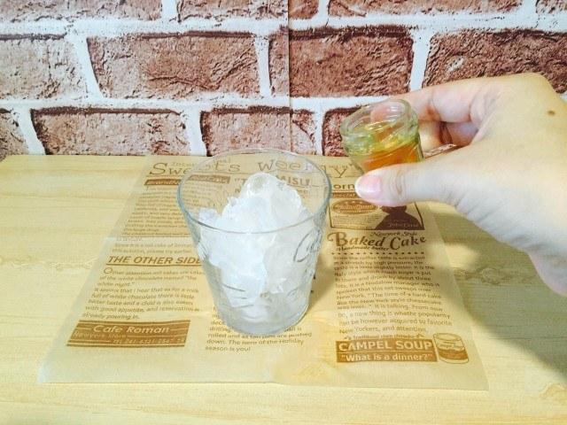 ミントシロップコーヒー_氷入りグラスにミントシロップを入れる