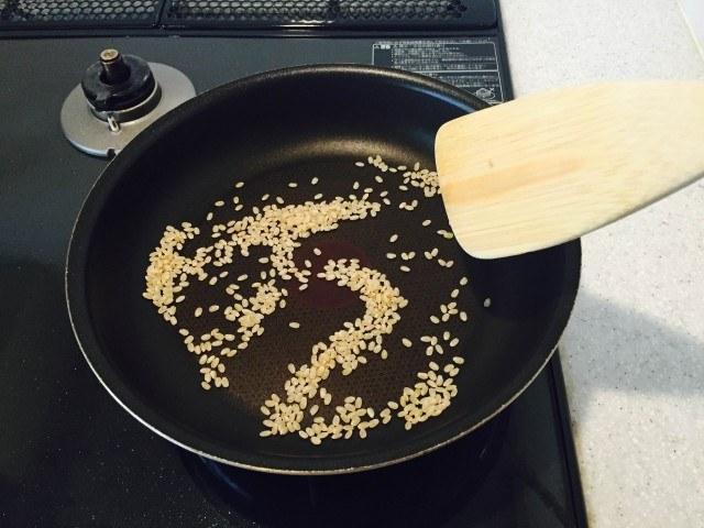 玄米の煎り方へらなどで混ぜながら煎る