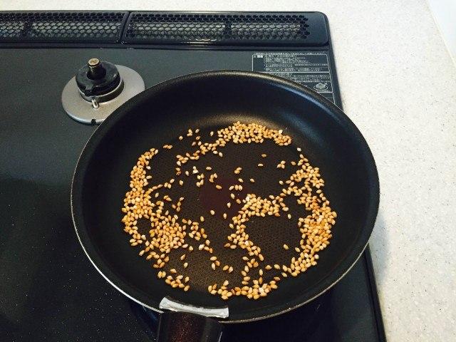 玄米の煎り方5分後の様子