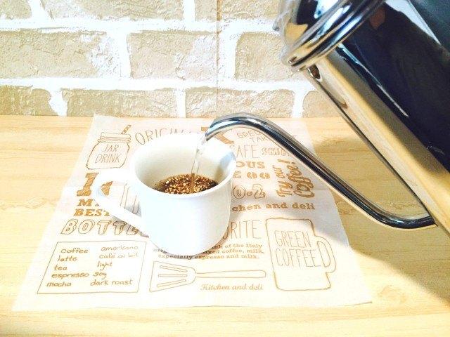 玄米コーヒーカップに湯を注ぐ