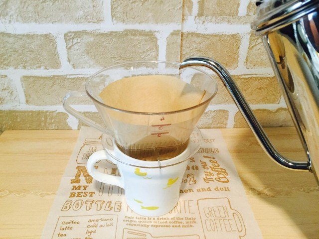 かぼちゃコーヒーフィルターに湯を注ぎ抽出する