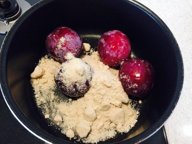 すももピューレの作り方_鍋にすももと砂糖を入れる