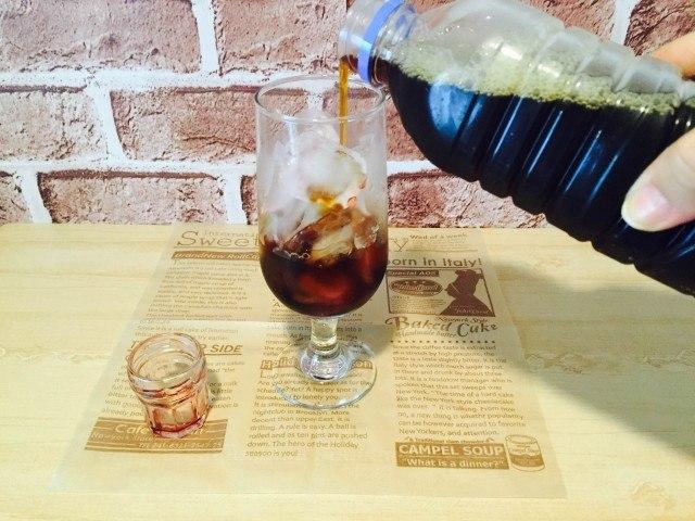 カシスコーヒー_グラスにアイスコーヒーを入れる