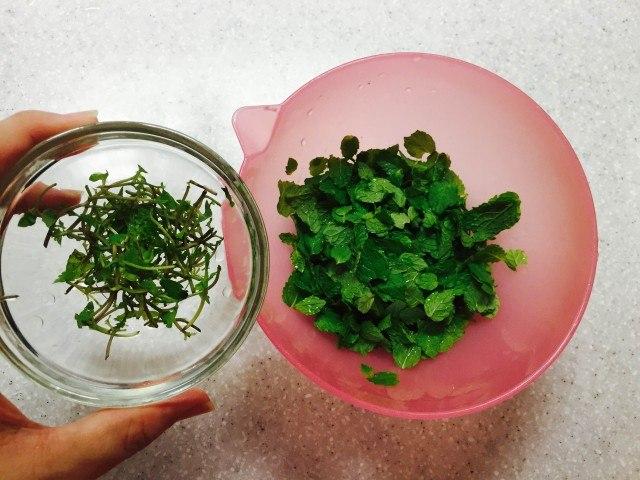 ミントシロップの作り方_葉と茎をわける