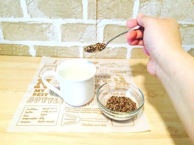 玄米コーヒーカップに玄米コーヒーを入れる