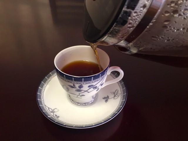 カフェーパウリスタ森のコーヒーカップにコーヒーを注ぐ