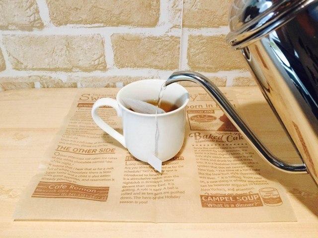 タンポポコーヒー_カップに入れ湯をそそぐ