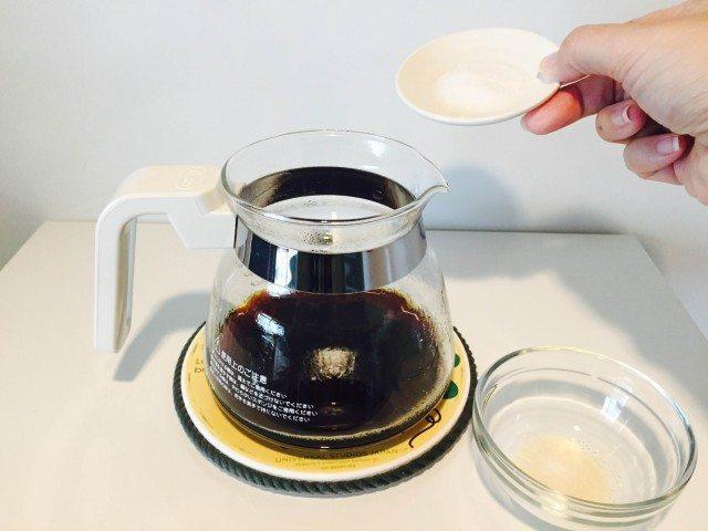 チコリコーヒーゼリー_ゼラチンと砂糖を加える