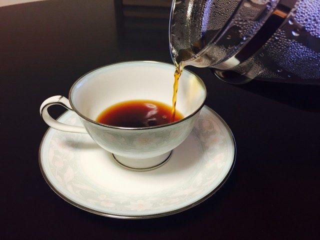 土居珈琲グァテマラカペティロ農園コーヒーをカップに注ぐ