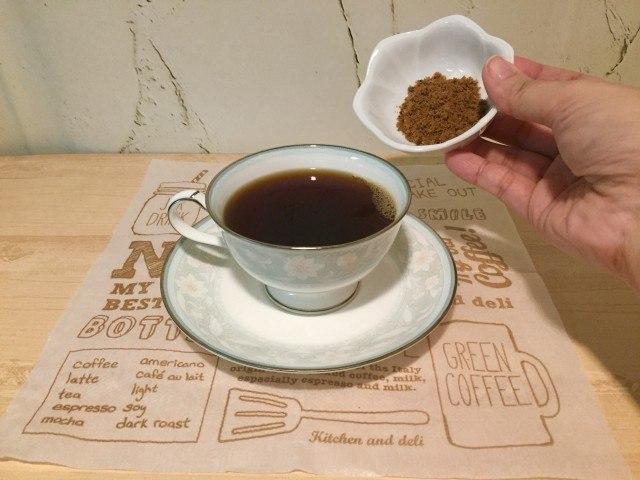 ノンカフェイン大豆コーヒー_黒砂糖をいれる