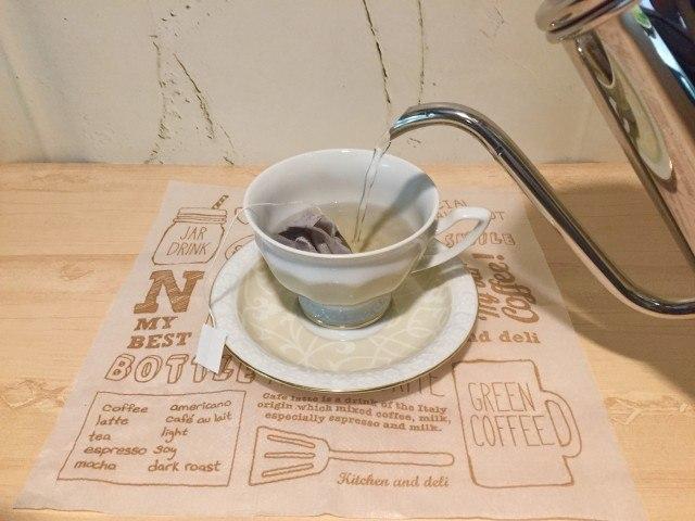 ノンカフェイン_麦コーヒー_湯を注ぐ