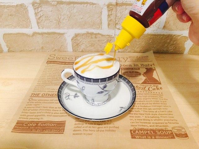 ノンカフェイン_かぼちゃコーヒー_アレンジ_キャラメルシロップを飾る