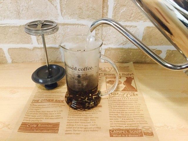 ノンカフェイン_かぼちゃコーヒー_アレンジ_コーヒープレスに入れ湯を注ぐ
