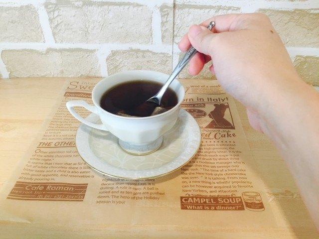 ノンカフェイン_ごぼうコーヒー_アレンジ_スプーンで軽く押し好みの色に