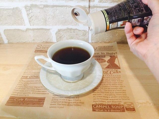 ノンカフェイン_ごぼうコーヒー_アレンジ_チョコレートソースを入れる