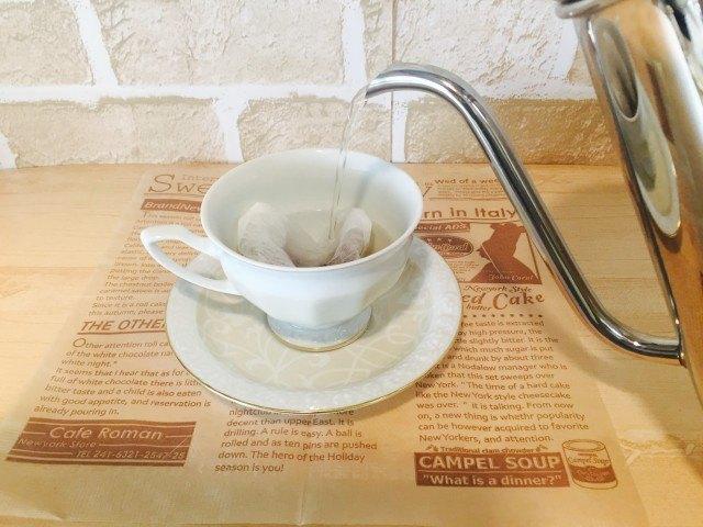 ノンカフェイン_ごぼうコーヒー_アレンジ_湯を注ぐ