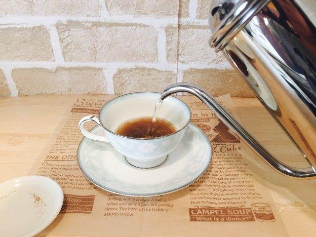 ノンカフェイン_どんぐりコーヒー_アレンジ_湯を注ぐ