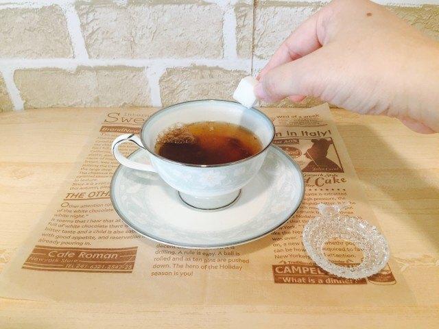ノンカフェイン_どんぐりコーヒー_アレンジ_角砂糖を入れる