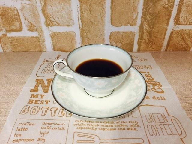 カフェインレスアメリカーノ_カップ半分でドリップバッグをはずす