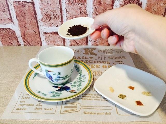 スパイシーウィンナーコーヒー_コーヒー粉とスパイス