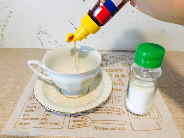 塩キャラメルオレンジラテ_キャラメルソースと塩を入れる