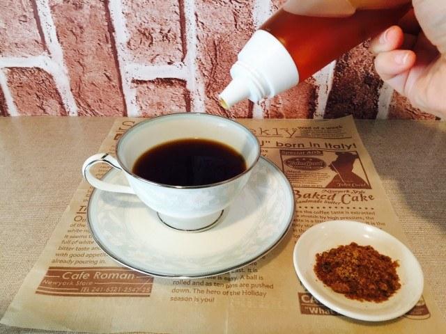 蜂蜜黒糖ミルクコーヒー_蜂蜜と黒糖を入れる